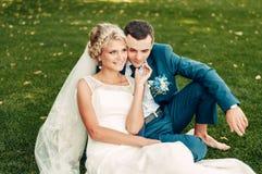 Barfüßig junge blonde Braut und ihr Verlobtes Lizenzfreie Stockfotografie