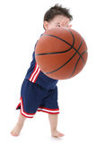 Barfüßig kleiner Basketball-Spieler Stockfotos