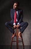 Barfüßig nachdenklicher Geschäftsmann, der oben schaut lizenzfreies stockbild