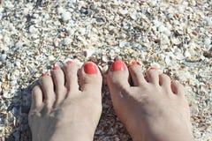 Barfüßigfüße auf Sandküste Lizenzfreies Stockfoto