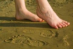 Barfüßigfahrwerkbeine auf Strandsand Lizenzfreie Stockbilder