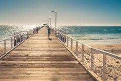 Barfüßigfrau, die entlang den Pier geht Lizenzfreie Stockfotografie