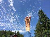 Barfüßiggefühl geben im Himmel frei lizenzfreie stockbilder