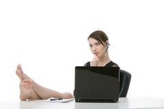 Barfüßiggeschäftsfrau, die an ihrem Schreibtisch sich entspannt Lizenzfreies Stockbild
