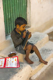 Barfüßigkind auf den Schritten seiner allgemeinen Schule Stockfotografie