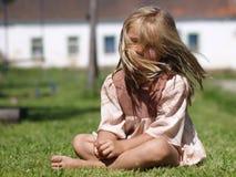 Barfüßigmädchen auf Gras Lizenzfreie Stockfotografie
