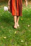 Barfüßigmädchen im Gras Lizenzfreie Stockfotos