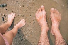 Barfüßignahaufnahme des kleinen Mädchens eines Fußes auf einem natürlichen Hintergrund Stockfoto