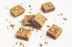 Barfi hecho en casa de los garbanzos, una clase de dulce de azúcar indio, para el diwali