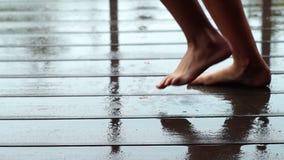 Barfüßigmädchentanzen im Regen stock video