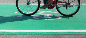 Barfota cykla på grön gränd för cykelbana med det Bikeway symbolet Arkivbilder