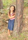 Barfota flicka i skog Arkivfoto