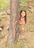 Barfota flicka i skog Arkivfoton
