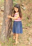 Barfota flicka i skog Royaltyfria Bilder
