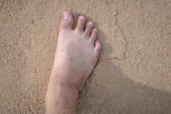 Barfota gå på sanden i tid till relax1 arkivbild