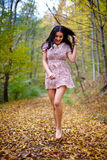 Barfota kvinna i skogen Royaltyfria Bilder