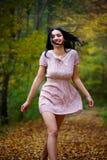 Barfota kvinna i skogen Fotografering för Bildbyråer