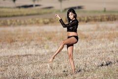 Barfota kvinna som försiktigt går i ett fält Royaltyfri Bild