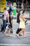 Barfota kvinna som går tillbaka från Melbourne Cup Royaltyfri Foto
