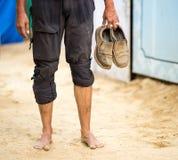 Barfota man som rymmer hans skor Royaltyfri Bild