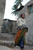 Barfota muslimsk ung kvinna för svart afrikan i sjaletten, Zanzib Arkivbild