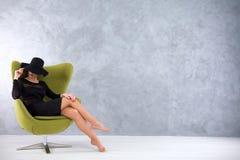 Barfota skönhet som frestar med gåta Arkivfoton