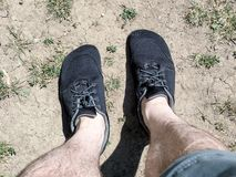 Barfota skor som ?r slitna med kortslutningar och kala ben arkivbilder