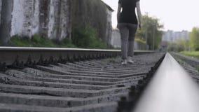 Barfota vid järnväg stock video