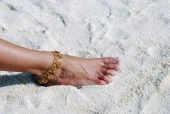 Barfuß auf dem sandigen Strand Stockfotografie