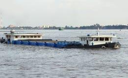Barge внутри Камбоджа стоковое изображение rf