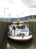 Barge внутри шлюз Lehmen на реке Мозель Стоковые Фотографии RF