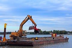 barge драгируя гавань Стоковое Фото