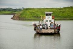 Barge adentro el lago de una presa en Ecuador foto de archivo