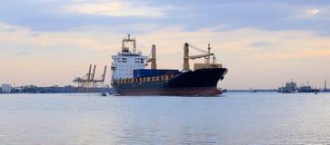 Barge adentro el puerto imagen de archivo libre de regalías