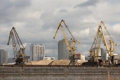 barge adentro el puerto fluvial foto de archivo