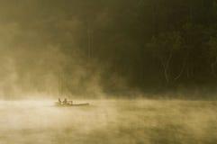 Barge adentro la niebla Imagen de archivo