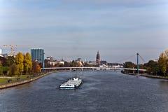 Barge auf der Fluss Hauptleitung, die nach Mainz in Bewegung ist Stockfotos