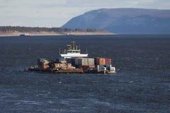 Barge-conteneur sur la rivière Images libres de droits