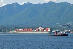 Barge-conteneur quittant le port Photos libres de droits