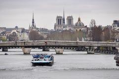 Barge das Überschreiten unter das passerelle Léopold-Sédar-Senghor in PA Stockfoto