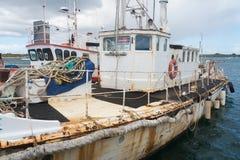 Barge de travail en eau peu profonde image stock