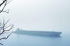 Barge dedans le brouillard produit une humeur fantomatique Images libres de droits