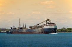 Barge dedans le crépuscule image libre de droits