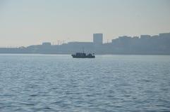 Barge dentro o mar Imagem de Stock