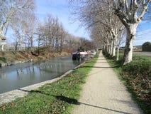 Barge en Canal du Midi cerca de Carcasona, Francia, en invierno fotos de archivo libres de regalías