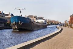 Barge en el río Gouwe en los Países Bajos imagen de archivo