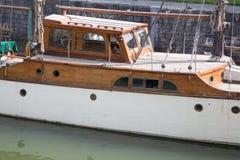 Barge en un canal en Francia convirtió en casa flotante imágenes de archivo libres de regalías