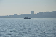 Barge herein Meer Stockbild