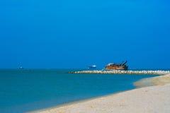 Barge la riva in mezzo al mare con un cielo blu Fotografia Stock