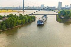 Barge los contenedores en el río alemán de Rhin fotos de archivo libres de regalías